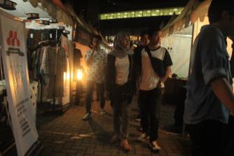 Ramai – Tampak pengunjung yang berjalan melihat stand yang mengisi acara Localoco (Theo/Perspektif)