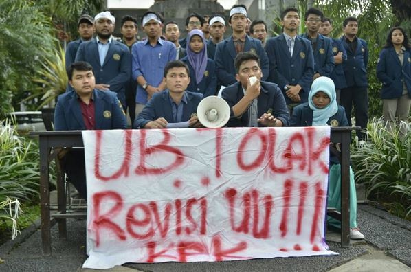 SATU SUARA - Jajaran Aliansi BEM se Universitas Brawijaya dan EM sepakat untuk menolak Revisis UU KPK pada senin (22/02) (Biyan/Perspektif)