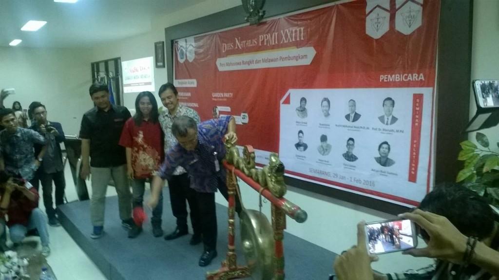 Dibuka - Pemukulan gong oleh perwakilan gubernur Jawa Tengah menandai dibukanya kegiatan Dies Natalis PPMI ke-23 (Perspektif/Theo)
