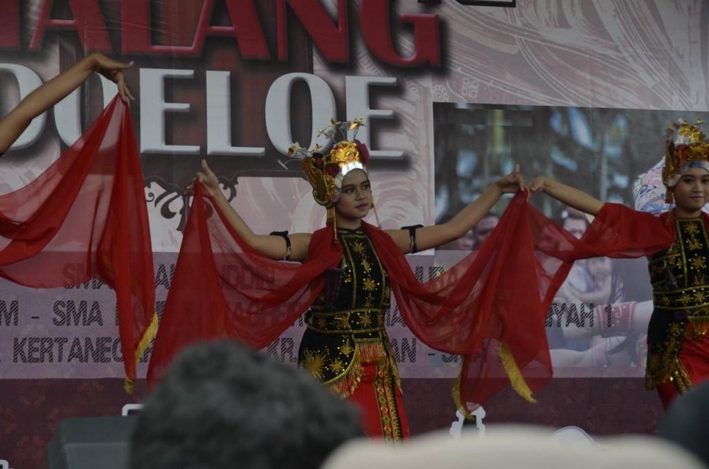 """Tari Gandrung"" asal Banyuwangi, salah satu penamilan seni tradisional yang tersaji di hari pertama Festival Malang Doeloe, Minggu (7/2) pagi. (Biyan/Perspektif)"