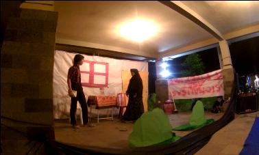 Teater:  Pagelaran teater yang sedang dilaksanakan oleh para pemain terpilih sebagai prolog diskusi (30/03). (Inggito/ Perspektif)