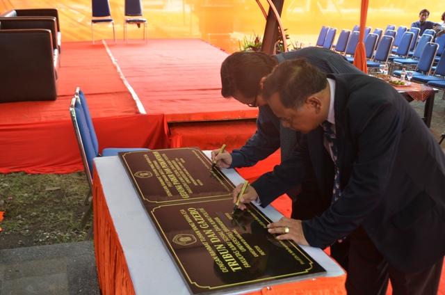 Resmi - Dekan Fisip Prof. Dr. Ir. Darsono Wisadirana dan Pembantu Rektor II menandatagani prasasti peresmian Tribun dan Gazebo serta peletakkan batu pertama gedung parkir bertingkat FISIP pada upacara peresmian hari ini (Rany).