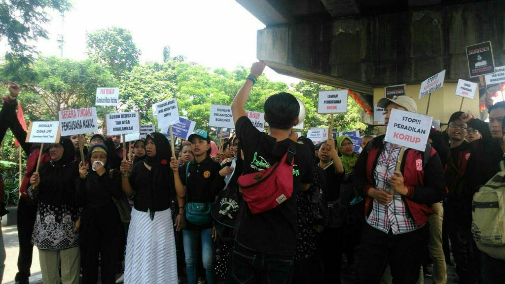 AKSI - Aktivis buruh dan mahasiswa saat aksi solidaritas menolak kriminalisasi buruh, Selasa (27/4) di depan Pengadilan Negeri. (Loudy/Perspektif)