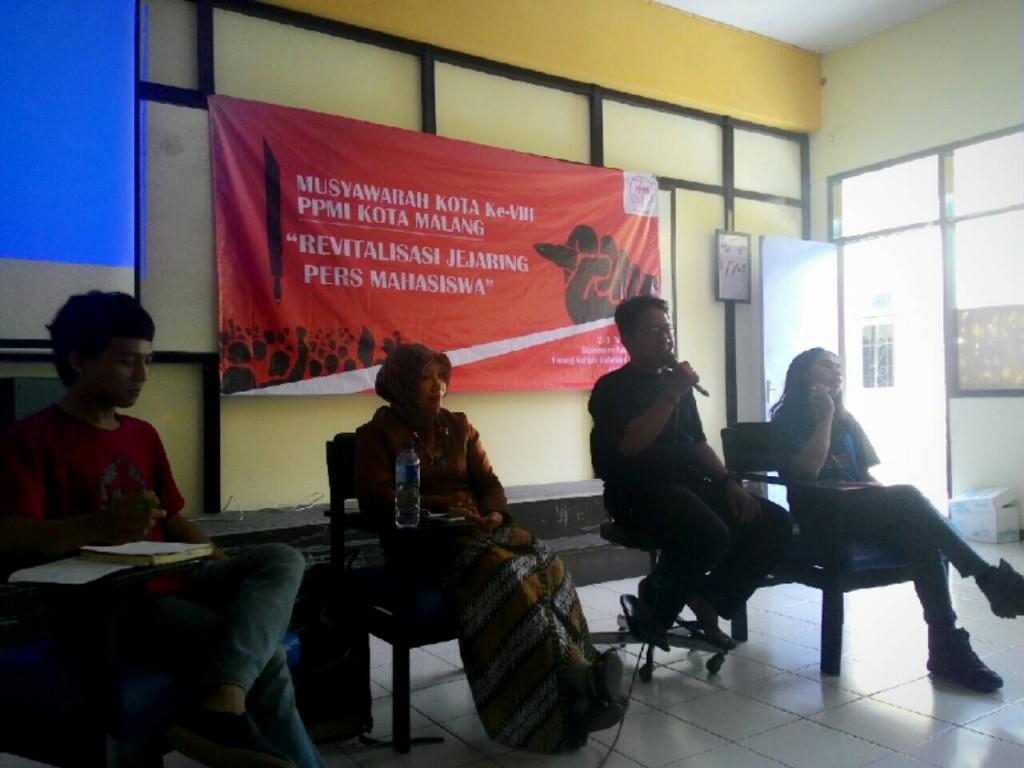 Jejaring - Ari Ambarwati, Ary Yanuar, dan Abdussomad berbicara soal jejaring persma dalam talkshow musyawarah kota VIII PPMI Malang di Balai Merdeka, Unmer, Sabtu (2/4).