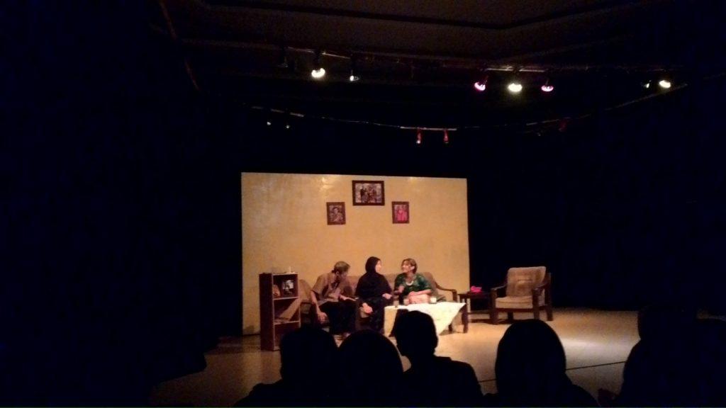 "KELUARGA - LSO Gendhis menampilkan sebuah teater bertema keluarga dengan judul ""Pada Suatu Hari"" dalam FESTAWIJAYA III, Senin (18/4). (Faiz/Perspektif)"