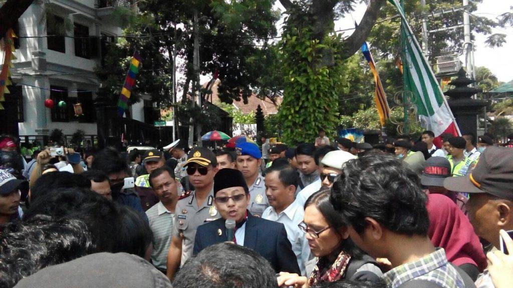 KLARIFIKASI - Wakil Wali Kota Malang keluar menemui demonstran untuk menanggapi tuntutan Aliansi Rakyat Malang Bersatu, Kemarin (2/5) di depan Balaikota. (Theo/Perspektif)