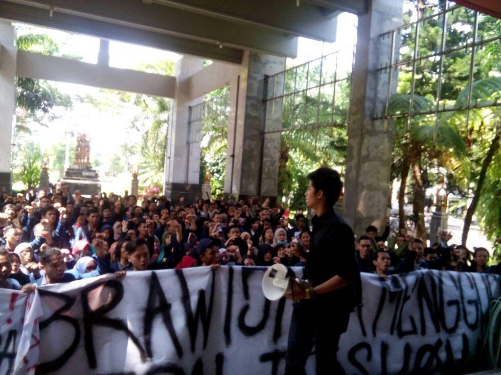 MILITAN - Aliansi Mahasiswa Peduli Vokasi lantang menyerukan tuntutan di depan Gedung Rektorat UB, Selasa (17/5).