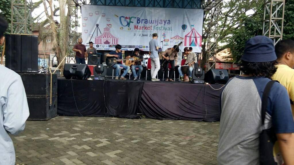 BERSIAP - salah satu penampil sedang mempersiapkan penampilannya di acara Brawijaya Market Fest di hari kedua pada sabtu (04/06).(Abri)