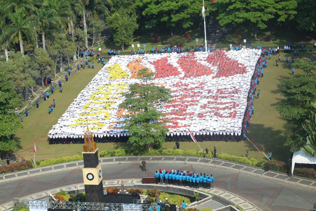 FORMASI - Ribuan mahasiswa baru Universitas Brawijaya (UB) membentuk formasi papermob logo PIMNAS XXVI usai upacara, Selasa (30-8), atas pencapaian UB menjadi juara umum