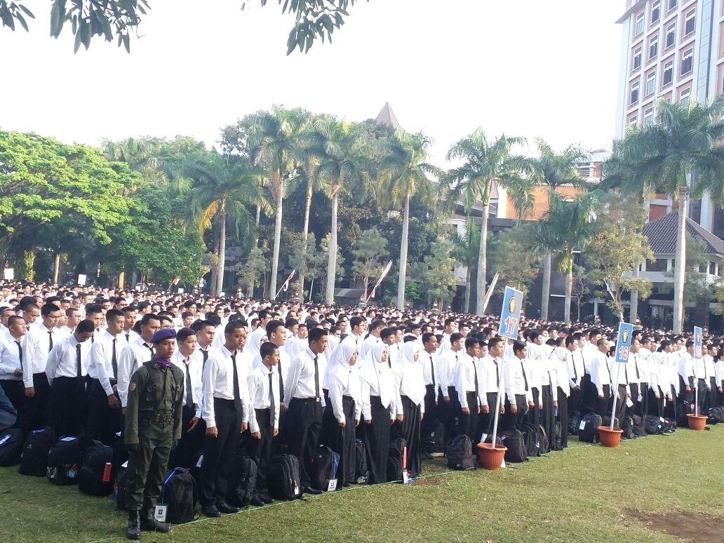 PUTIH - Mahasiswa baru ketika berbaris di Lapangan Rektorat