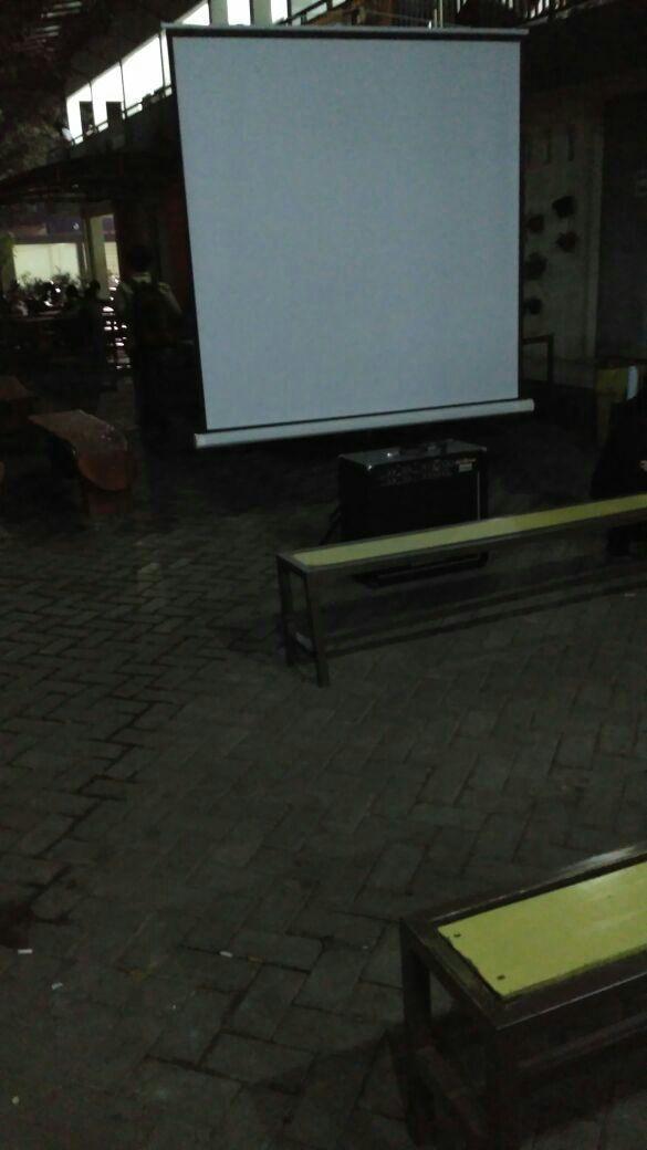 PUTIH - Sesaat sebelum acara pemutaran film NGOPI dimulai pada Jumat (23/9). (PERSPEKTOF/Tuhfa)