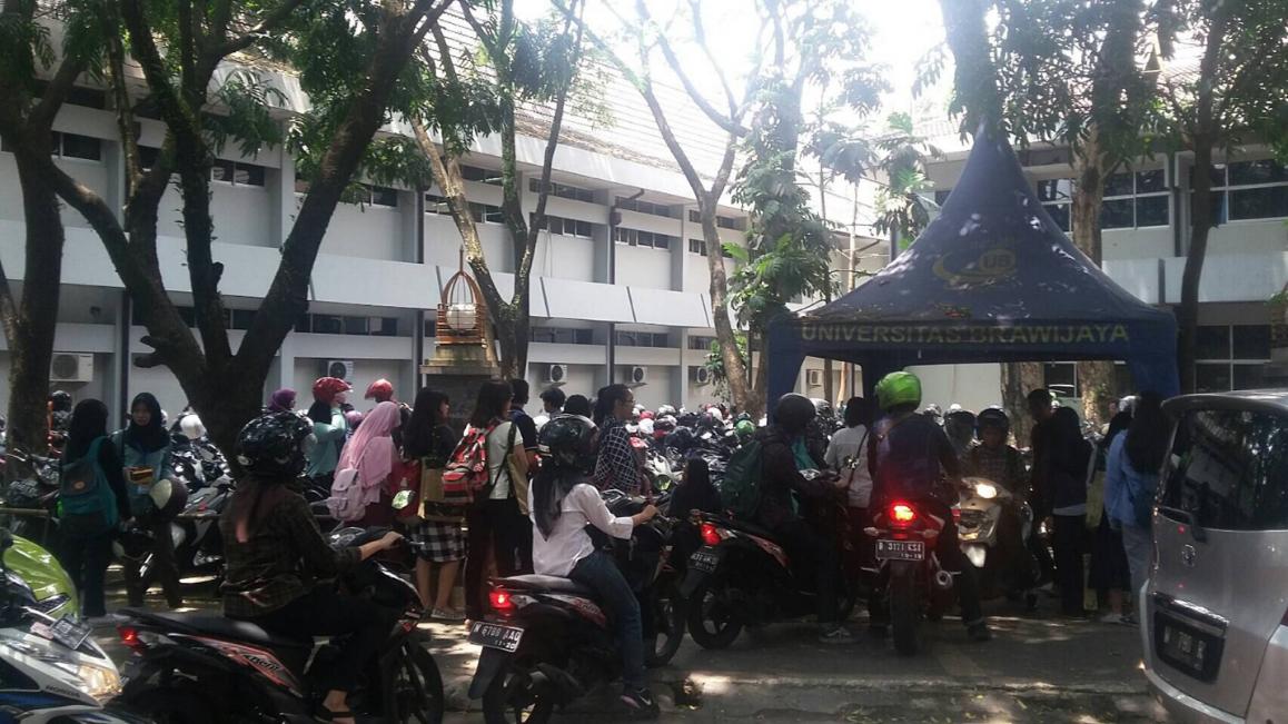 Ramai - Terlihat antrian parkir kendaraan bermotor di samping Fakultas Kedokteran Gigi pada Kamis (22/9).