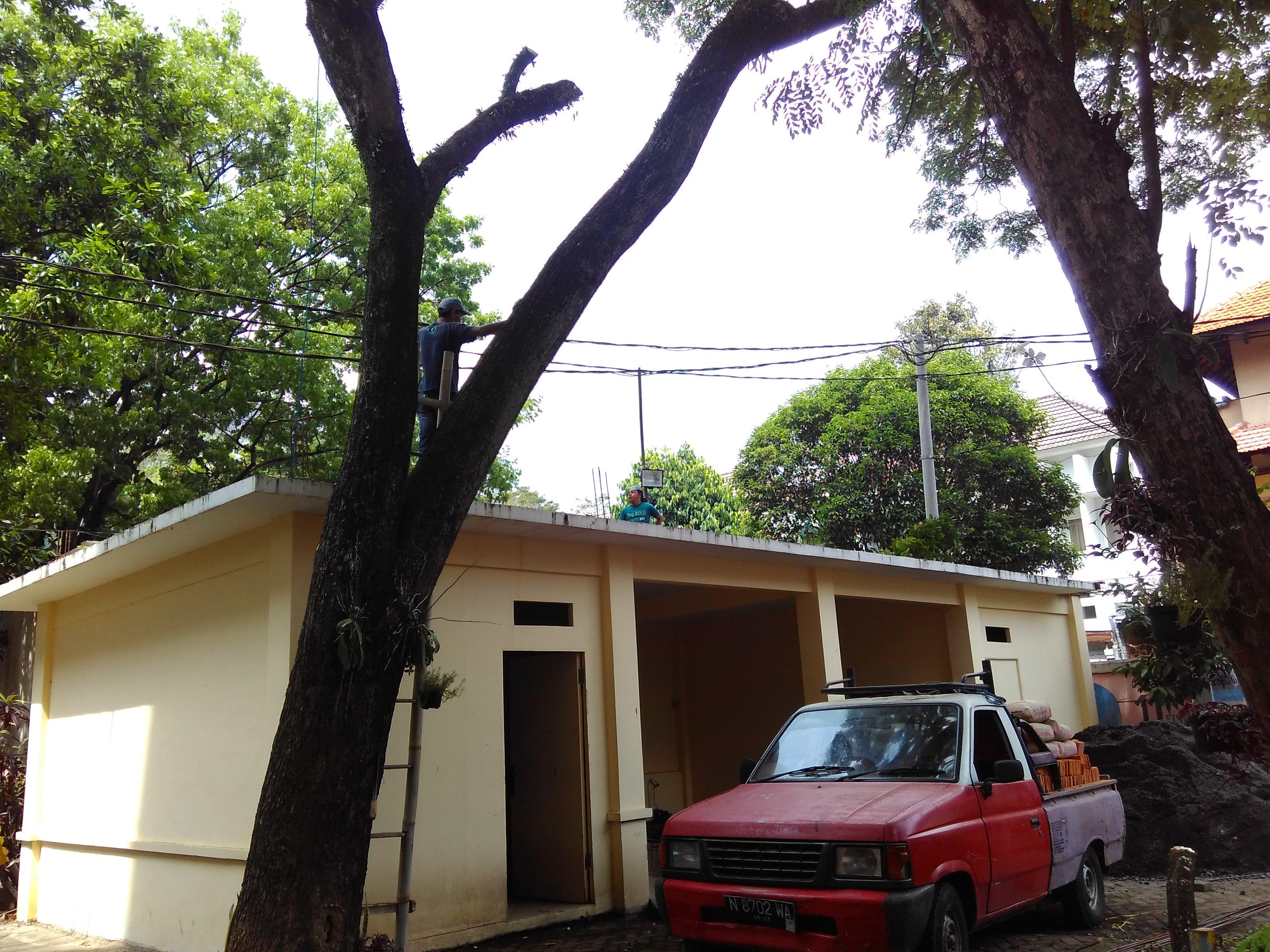 Para pekerja bangunan terlihat menaiki garasi di belakang gedung Prof Darsono FISIP UB, pada Senin (26/9).