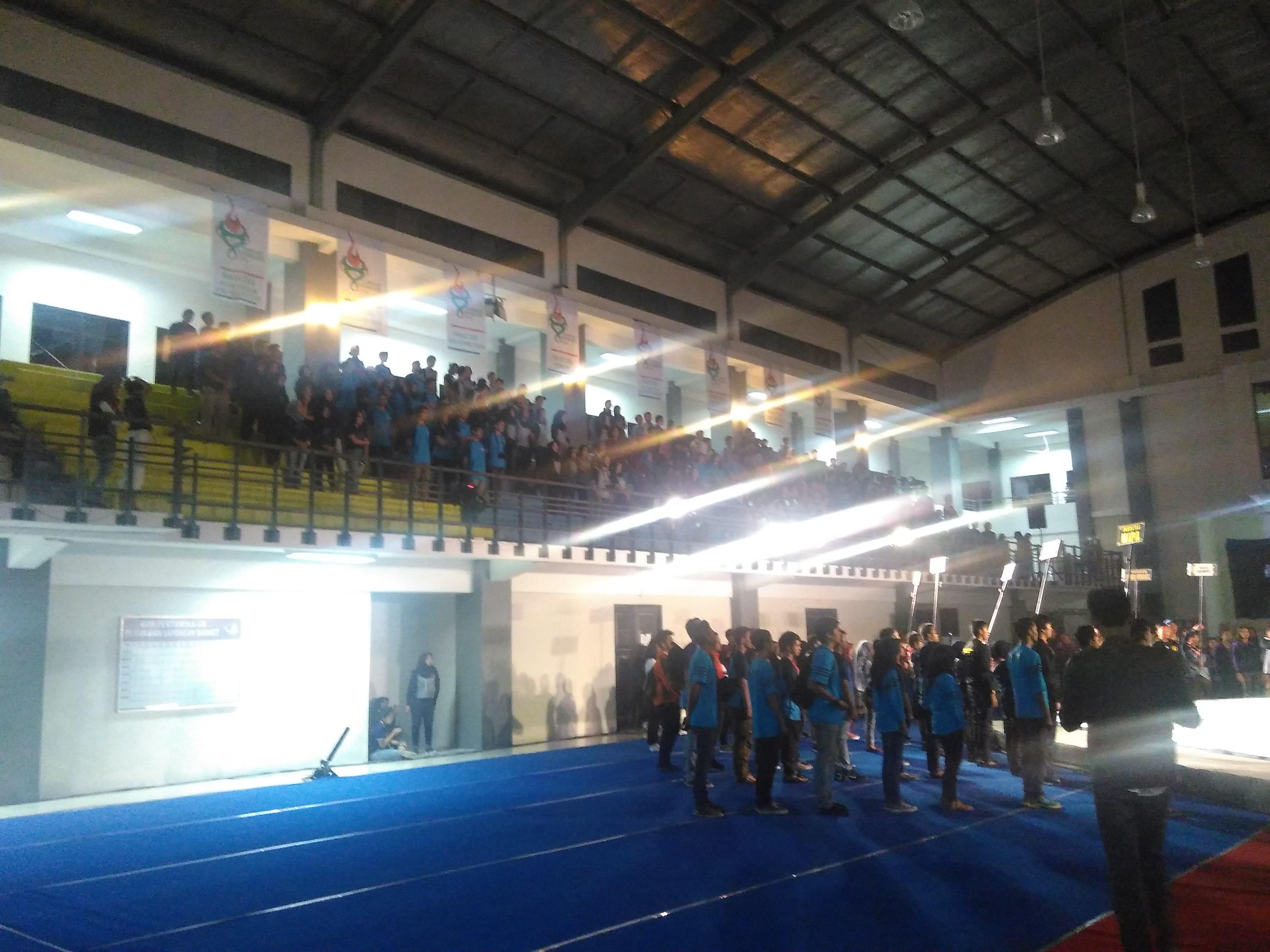 Para Kontingen Fakultas se-UB mengikuti pembukaan Olimpiade Brawijaya pada Jumat malam (30/9) di GOR Pertamina UB. (PERSPEKTIF/Ad)