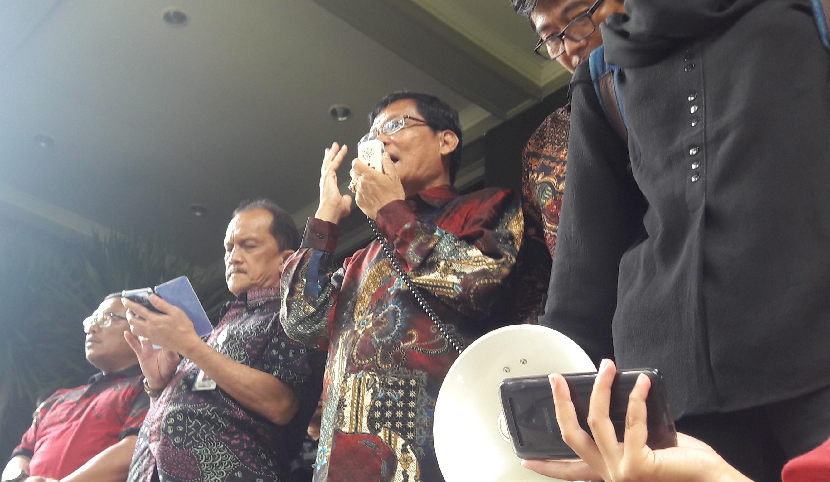 TURUN - Pihak rektorat yang diwakili oleh Wakil Rektor III, Arief Prayitno, Wakil Rektor IV, Sasmito Djati, dan Kepala Bagian Barang Milik Negara Lukisan Edi, turun menemui massa aksi, di depan Gedung Rektorat pada Jumat (21/10). (PERSPEKTIF/Faiz)