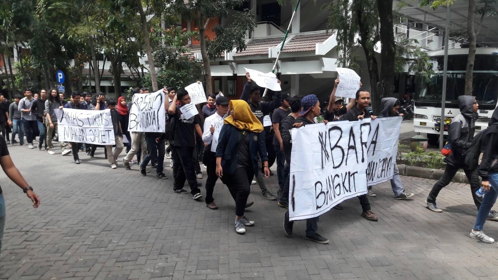 LONGMARCH - Aliansi Mahasiswa Brawijaya mengadakan aksi Longmarch berkeliling UB menuntut kejelasan pengadaan jaket dan  kaus UB bagi angkatan 2015 dan 2016 yang terlambat pada Jumat (21/10)