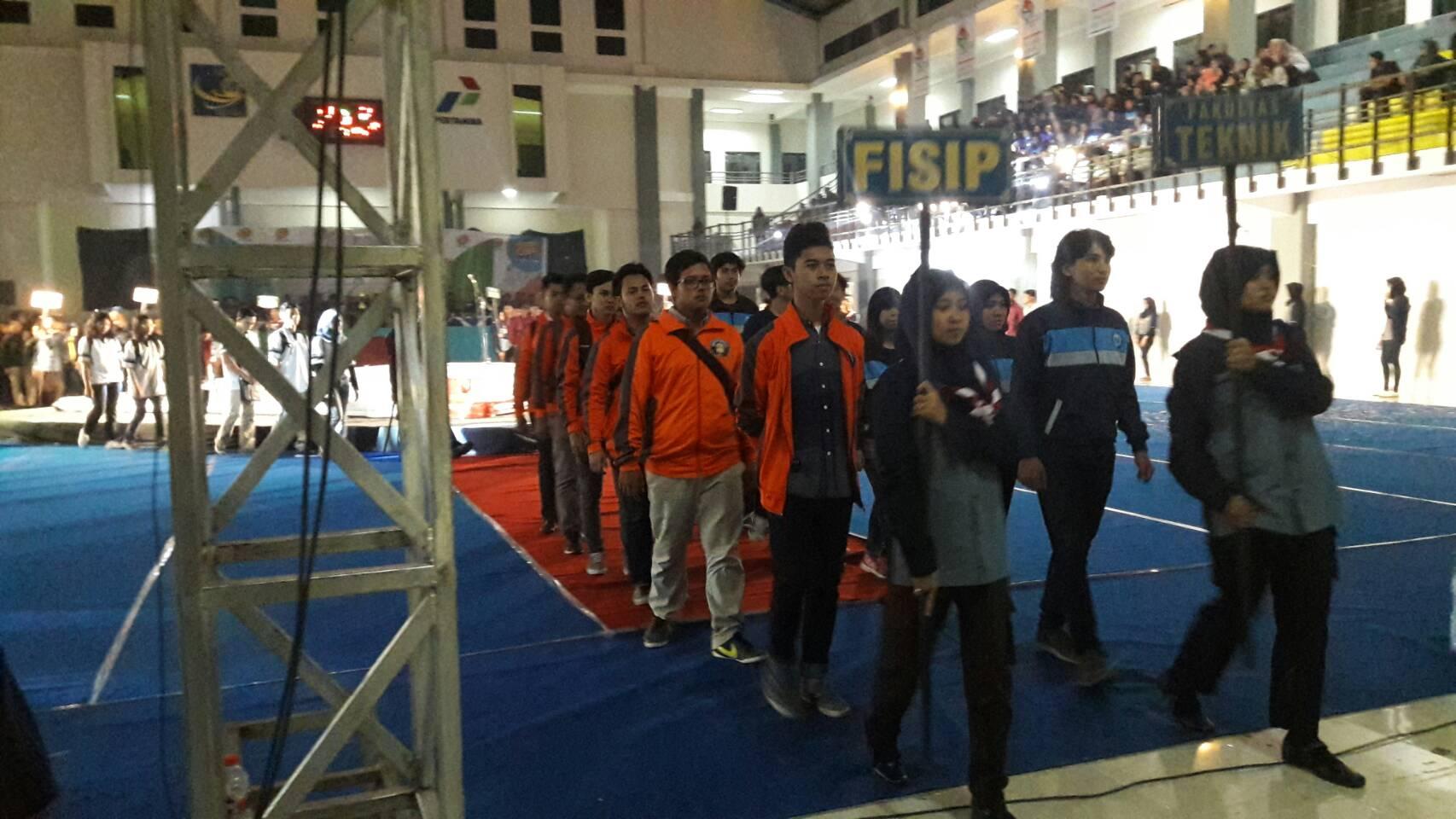 Kontingen Fisip berjalan meninggalkan GOR UB, Jumat (30/9). (PERSPEKTIF/Faiz)