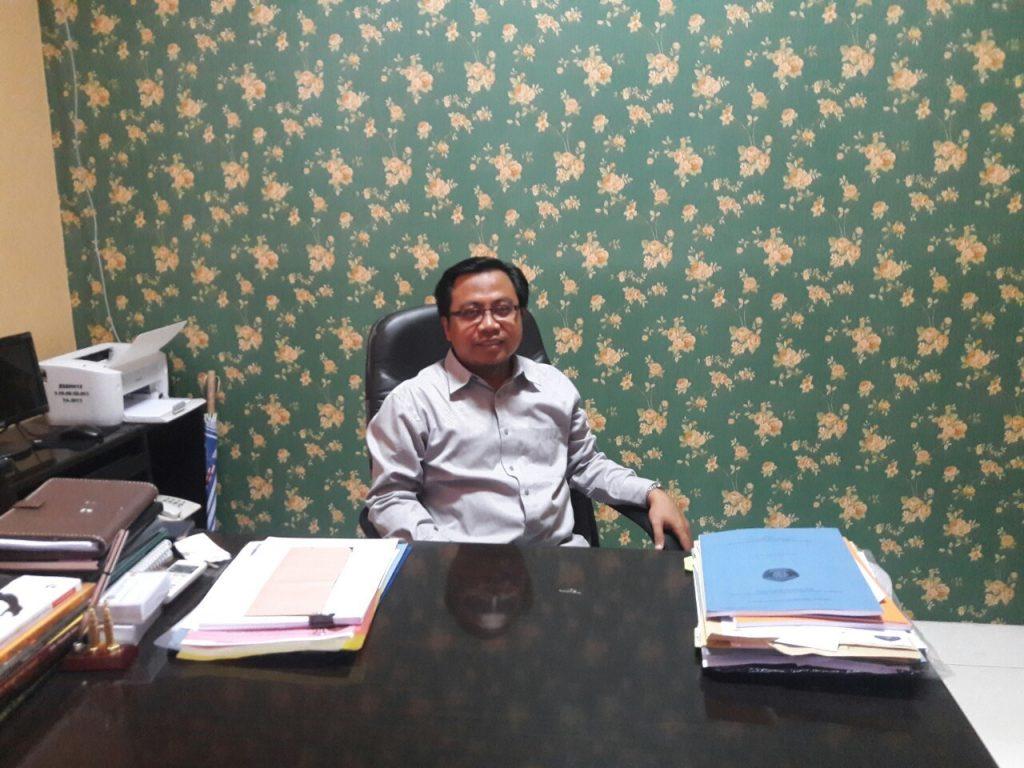 Santai - Ahmad Muwafik, Wakil Dekan III, saat ditemui di ruangannya Senin (28/11). (PERSPEKTIF/Corina)